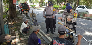 Brimob Kompi 2 Batalyon C Beri Paket Sembako Untuk Tukang Becak dan Tukang Parkir