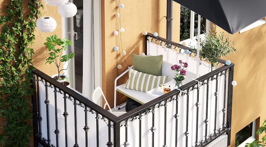 Balcón pequeño con sofá y malla de ocultación