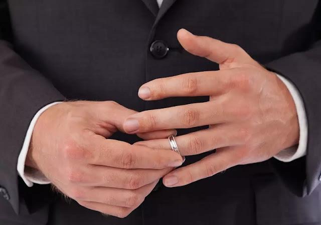 I motivi perche gli uomini non vogliono mantenere l'anello di matrimono