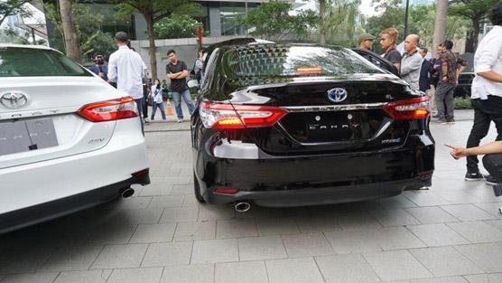 spesifikasi specs fitur fasilitas merek brand mobil toyota camry hybrid versi standar kelebihan kekurangan review dealer
