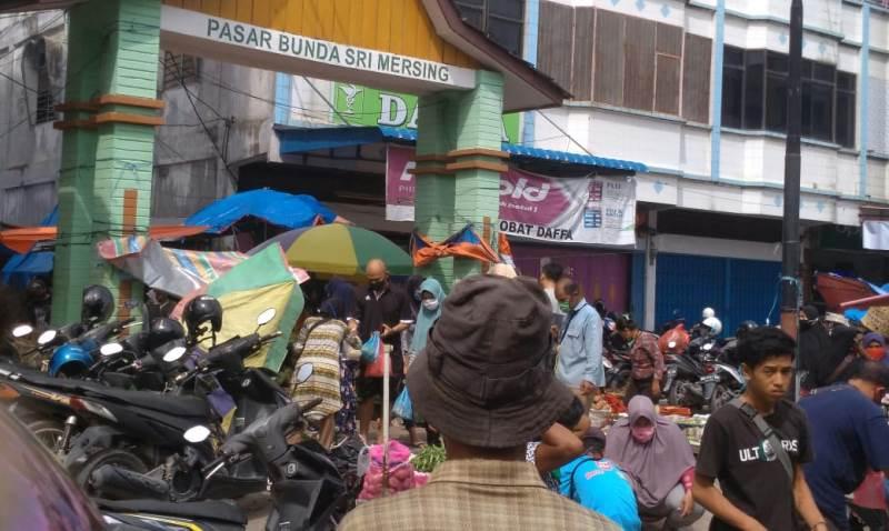 Pedagang Kaki Lima Pasar Bunda Sri Mersing Dumai dan Pembeli, Padati Bahu Jalan