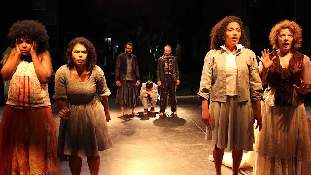 Montagem poética da Cia. de Teatro Heliópolis fala de medo e violência em ambiente sensorial