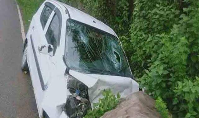 कांगड़ा में बड़ा हादसा चट्टान से टकराई कार, मां-बेटे की मौत दो घायल