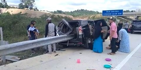 Kecelakaan Terjadi di Tol Balikpapan, Mobil Berisi 8 Penumpang Tembus Pagar Pembatas