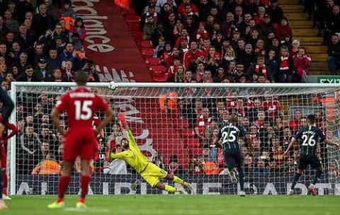 Liverpool (áo đỏ) suýt thua Man.City vì quả 11m ở phút cuối, nhưng Man City không tận dụng được