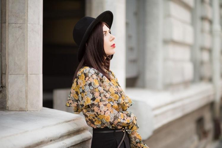 elegancka stylizacja z bluzką z falbanami i kapeluszem