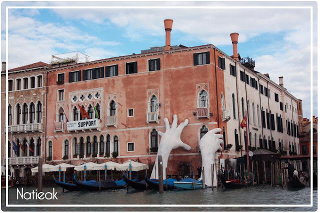 sculpture de Lorenzo Quinn : mains géantes à Venise