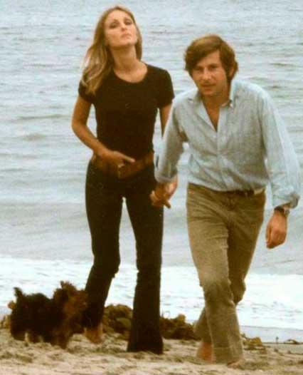 Sharon Tate de jeans e camiseta com Roman na praia