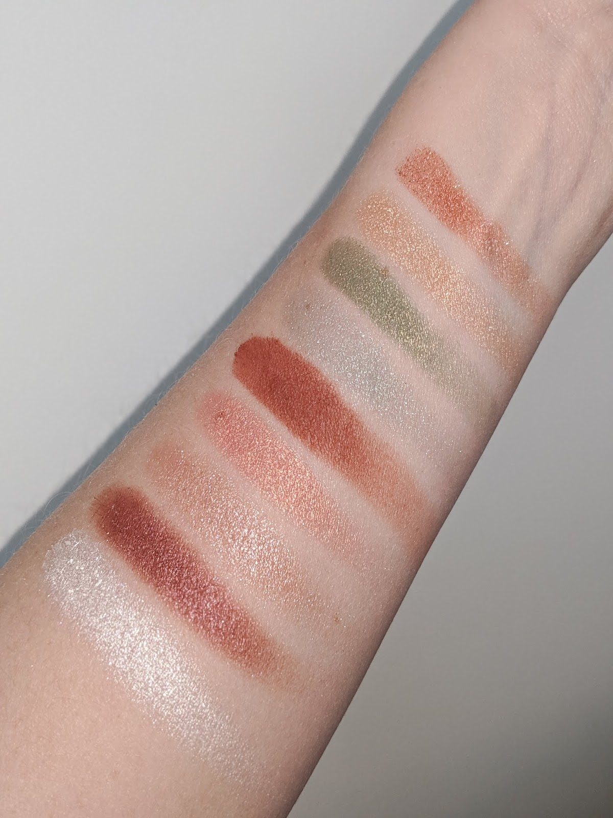 Essence_Crystal_Power_Eyeshadow_Swatches