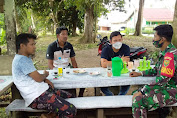 Selalu Ingatkan Prokes Babinsa Komsos Dengan Warga Di Desa Telentam