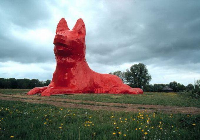 Escultura gigante de un perro