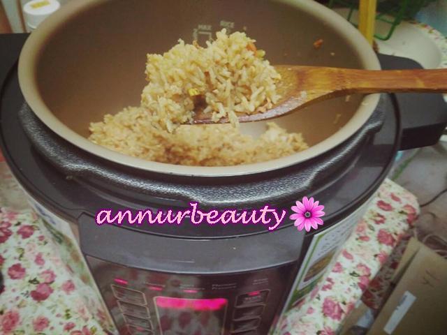 Campak Terus Beras Dalam Pressure Cooker Dah Masak Nasi Goreng .... Hehh!
