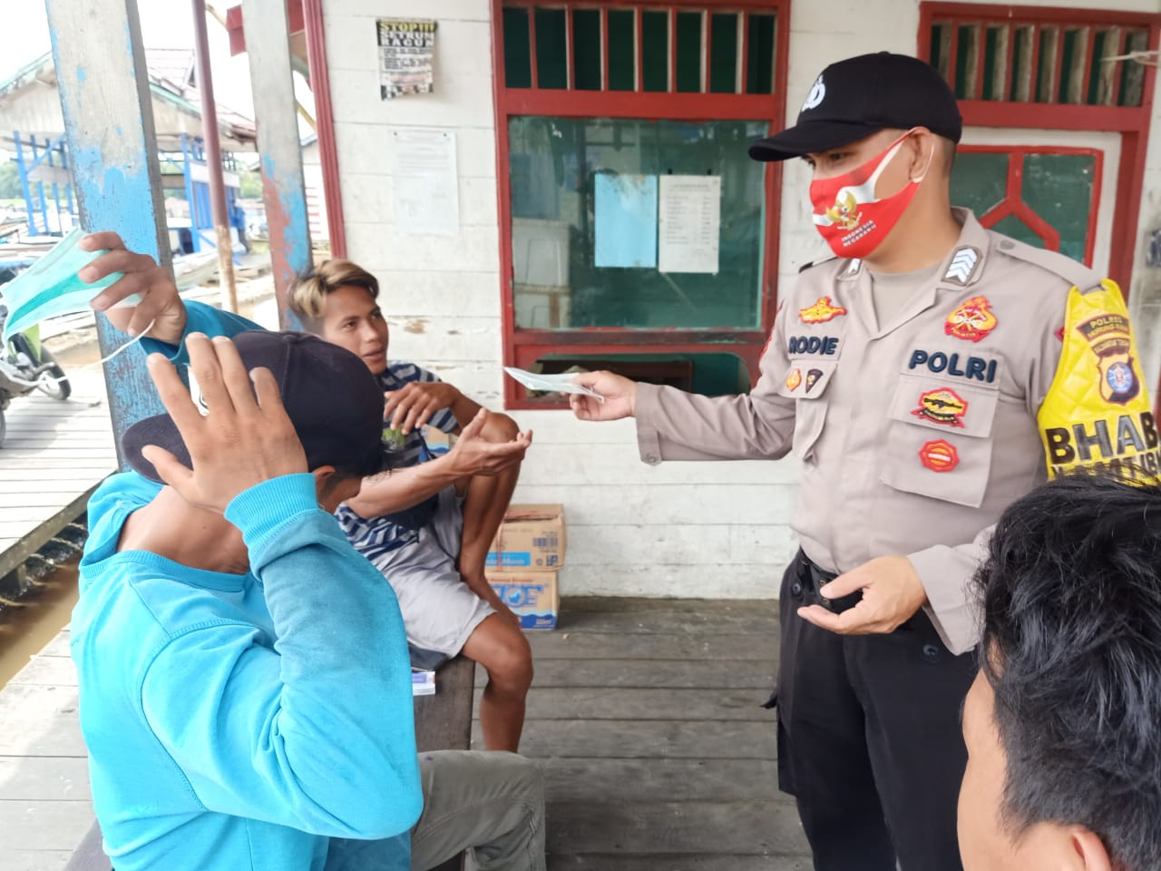 Pencegahan Penyebaran Covid-19 Dan Upaya Peningkatan Disiplin Masyarakat Pembagian Masker oleh Bripka Rodie
