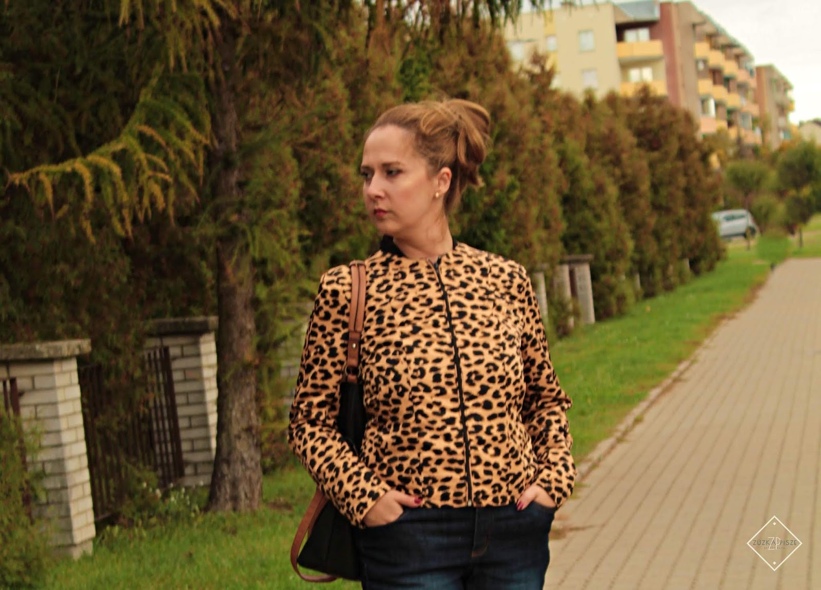 Kurtka bejsbolówka w cętki leoparda i wygodne dżinsy ze stretchem BONPRIX