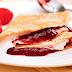 Receita de panqueca integral com iogurte e geleia de morango | Leve e saborosa
