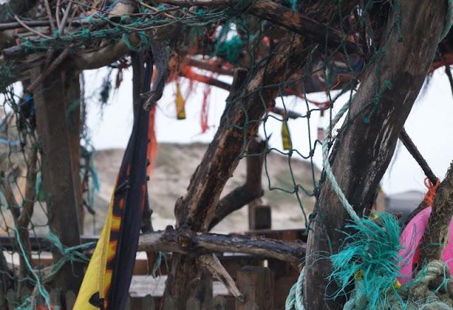 Die Lökken Beachbar: Die coolste Bar der Jammerbucht. Ein phantasievoller Ort aus Müll und Strandgut!