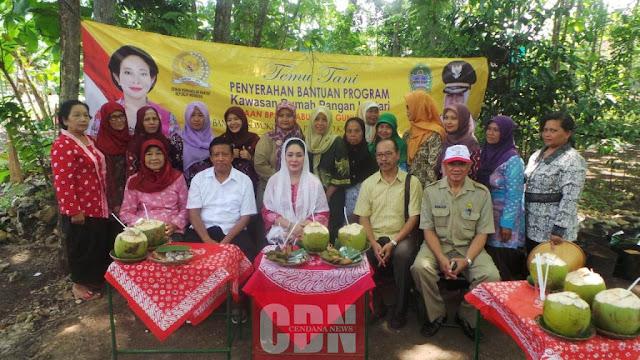 Titiek Soeharto berfoto bersama anggota KWT Maju Lestari