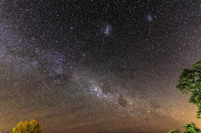 Parte del Grupo Local de Galaxias: Las dos Nubes de Magallanes y La Vía Lactéa