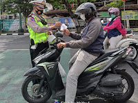 Unitlantas Polsek Mantrijeron Bagikan Masker Saat Sosialisasikan Operasi Patuh Progo 2021