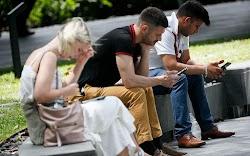 Τα κινητά τηλέφωνα μεταδίδουν την ακριβή θέση των χρηστών τους χιλιάδες φορές την ημέρα, μέσα από εκατοντάδες εφαρμογές, ταυτόχρονα σε δεκάδ...