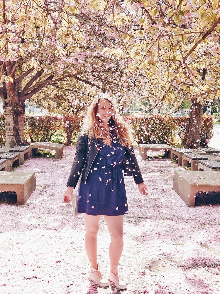 16 melodylaniella gamiss manzana różowe sneakersy króliczki granatowa sukienka skórzana ramoneska pikowana listonoszka szara manzana praga photoshoot sesja zdjęciowa fashion style modnapolka lookbook ootd girls