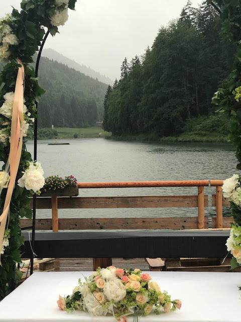 Freie Trauung am See, Rosenbogen, Regenhochzeit, Apricot, Lachs, Pfirsich, heiraten in den Bergen, Hochzeitshotel Riessersee Garmisch-Partenkirchen, Bayern, Hochzeitsplanerin Uschi Glas