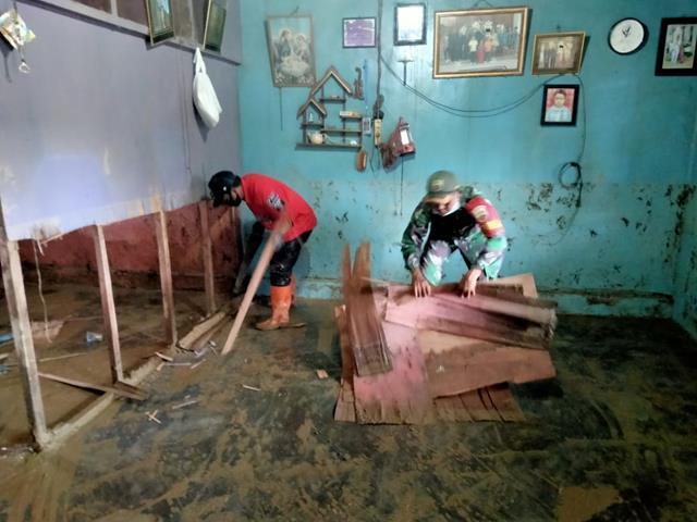 Longsor Di Parapat, Personel Jajaran Kodim 0207/Simalungun Laksanakan Karya Bakti Bersihkan Rumah Warga