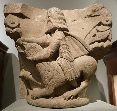 ROMÁNICO EN NUEVA YORK. THE MET. Capitel. Sansón luchando contra el león