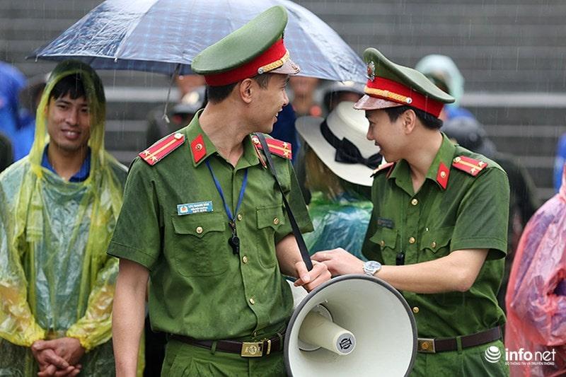 Chùm ảnh lực lượng tình nguyện đội mưa làm hàng rào tại Đền Hùng - Ảnh 3