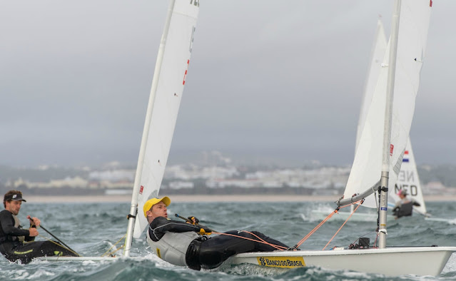 Robert Scheidt velejando na classe laser em Portugal