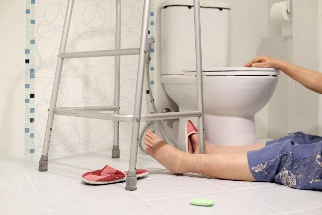 Por qué no debes usar celular en el baño: Mujer embarazada murió electrocutada tras usar su celular en el baño