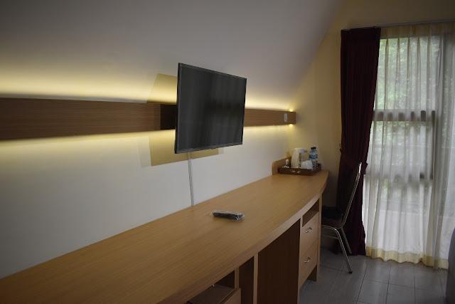 TV di kamar tipe rumah panggung Kampoeng Media & Cottage Yogyakarta