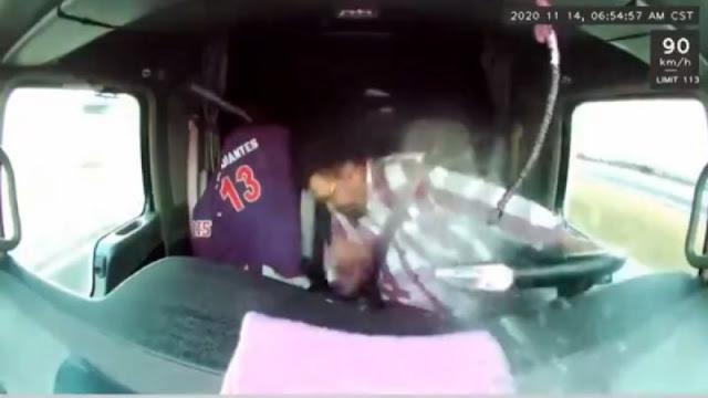 Video.  Chofer de tráiler en movimiento esquiva las balas de Sicarios quienes le disparan por no querer detentar la marcha del camión para ser robado