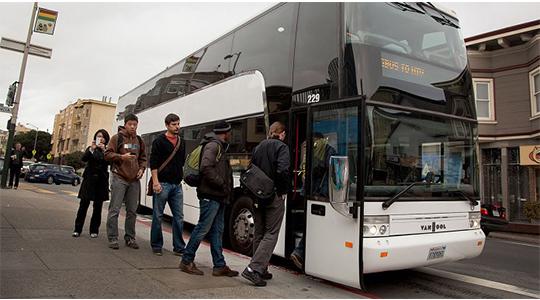 des-bus-transportant-des-employes