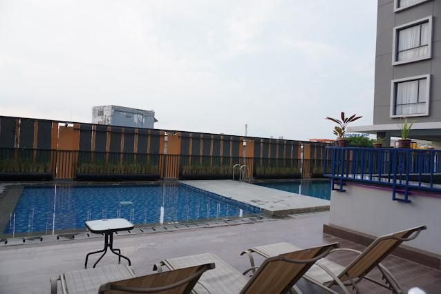 kolam renang harper hotel