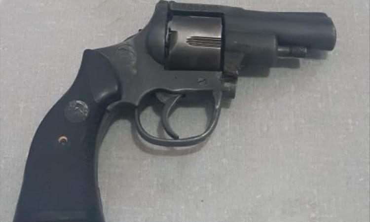 Homem foge da polícia, mas deixa arma para trás em Paramirim