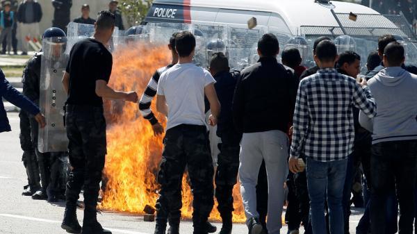 """على خطى """"البوعزيزي""""... شاب يحرق نفسه في تونس فهل سيعيد التاريخ نفسه؟"""