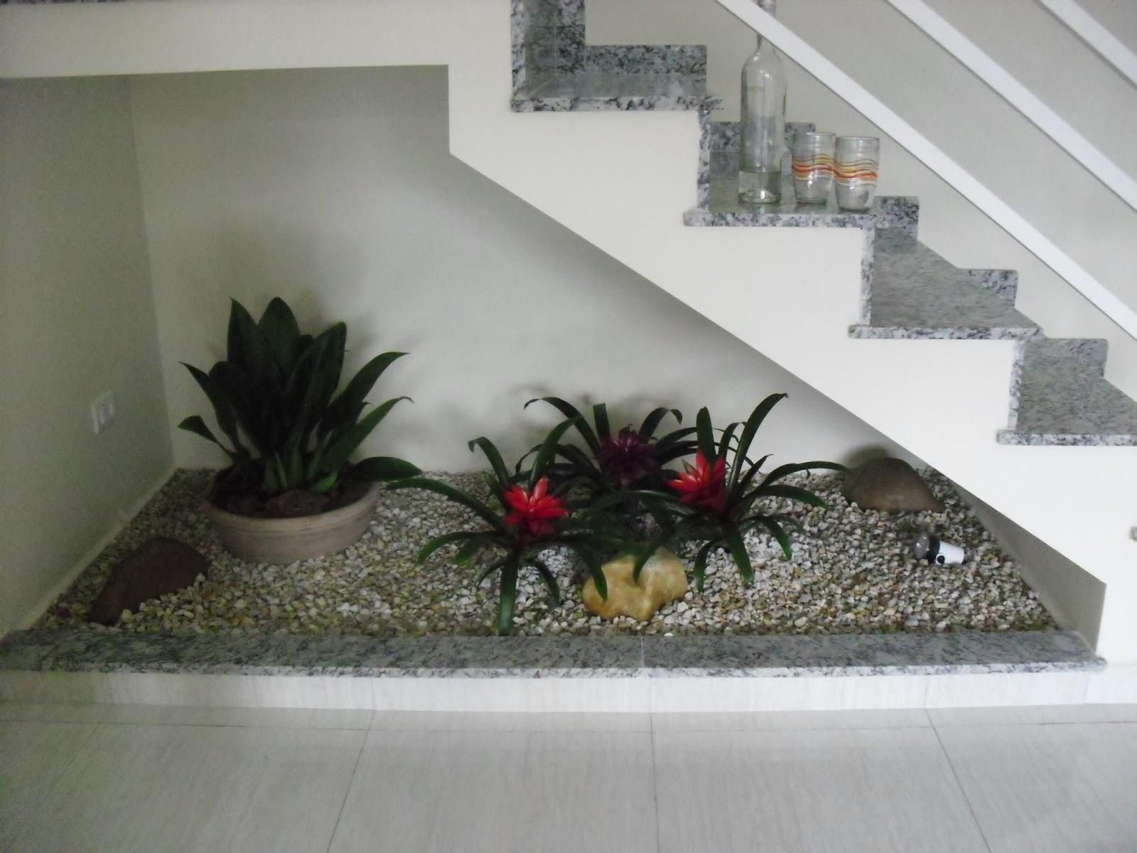 escada jardim embaixo:Reforma do meu sobrado: Jardim embaixo da escada