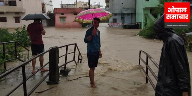 HOSHANGABAD शहर नर्मदा में समाता जा रहा है, सड़कों पर बाढ़ का पानी