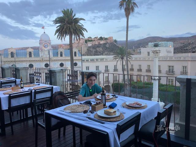 Desayuno mirando a la Alcazaba