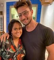 आयुष शर्मा अपनी पत्नी अर्पिता खान के साथ