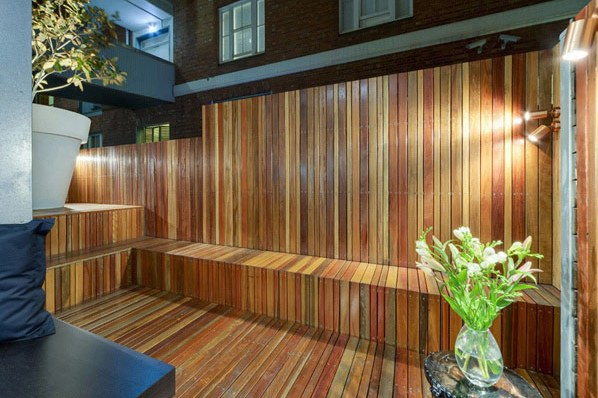 Revestimientos de madera en exterior espacios en madera for Paredes de madera para jardin