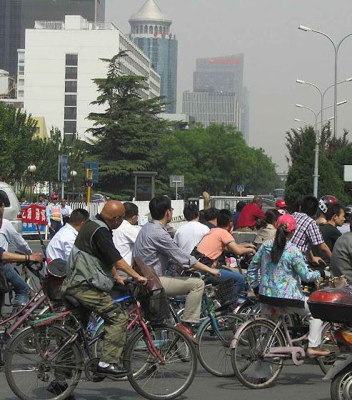 Com os carros demonizados, os ciclistas em Pequim ficam mais perto do ideal do miserabilismo ambientalista e do velho marxismo maoista também!