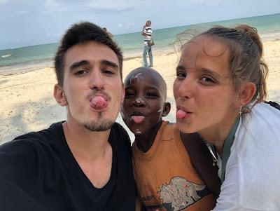 Paula y Adrián junto a uno de los niños del proyecto.