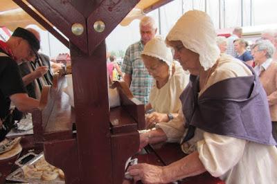 Vrouwen in klederdracht Visserijdagen Monnikendam