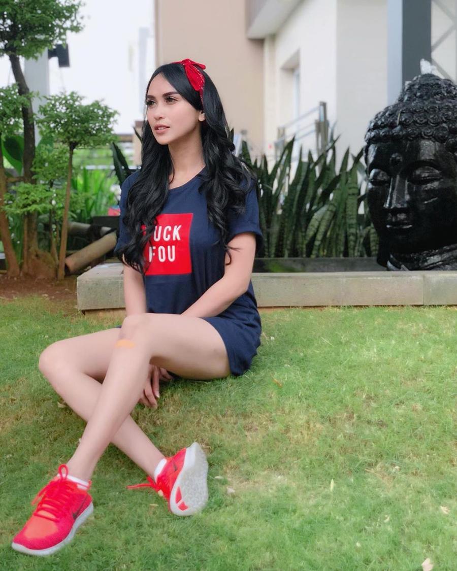 Bebizie aka Sari Sri Mulyati rambut hitam dan mulus