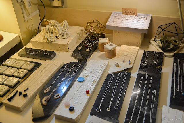 mesa con joyas de la firma the symmetry en designroom x resa bilbao 2016