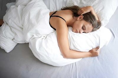 Tại sao giữa mùa nóng chúng ta vẫn có thói quen đắp chăn khi ngủ