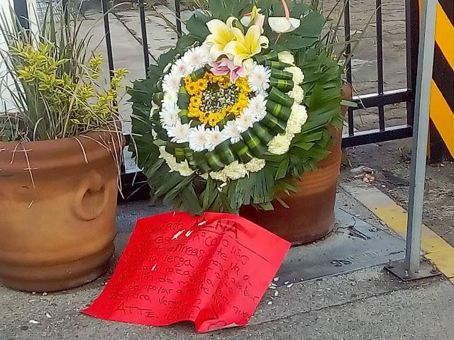 """El Cártel de Sinaloa """"701"""" deja narcomensaje con amenaza y con corona de muerto"""