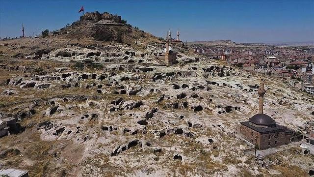 تركيا بالعربي - قايا شهير مستوطنة تاريخية محفورة بالصخور وسط تركيا